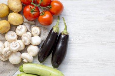 """Картина, постер, плакат, фотообои """"Набор сырые овощи для приготовления здоровья растительной пищей на белый деревянный стол, вид сверху. Накладные расходы, плоские лежал. Копией пространства."""", артикул 205725254"""