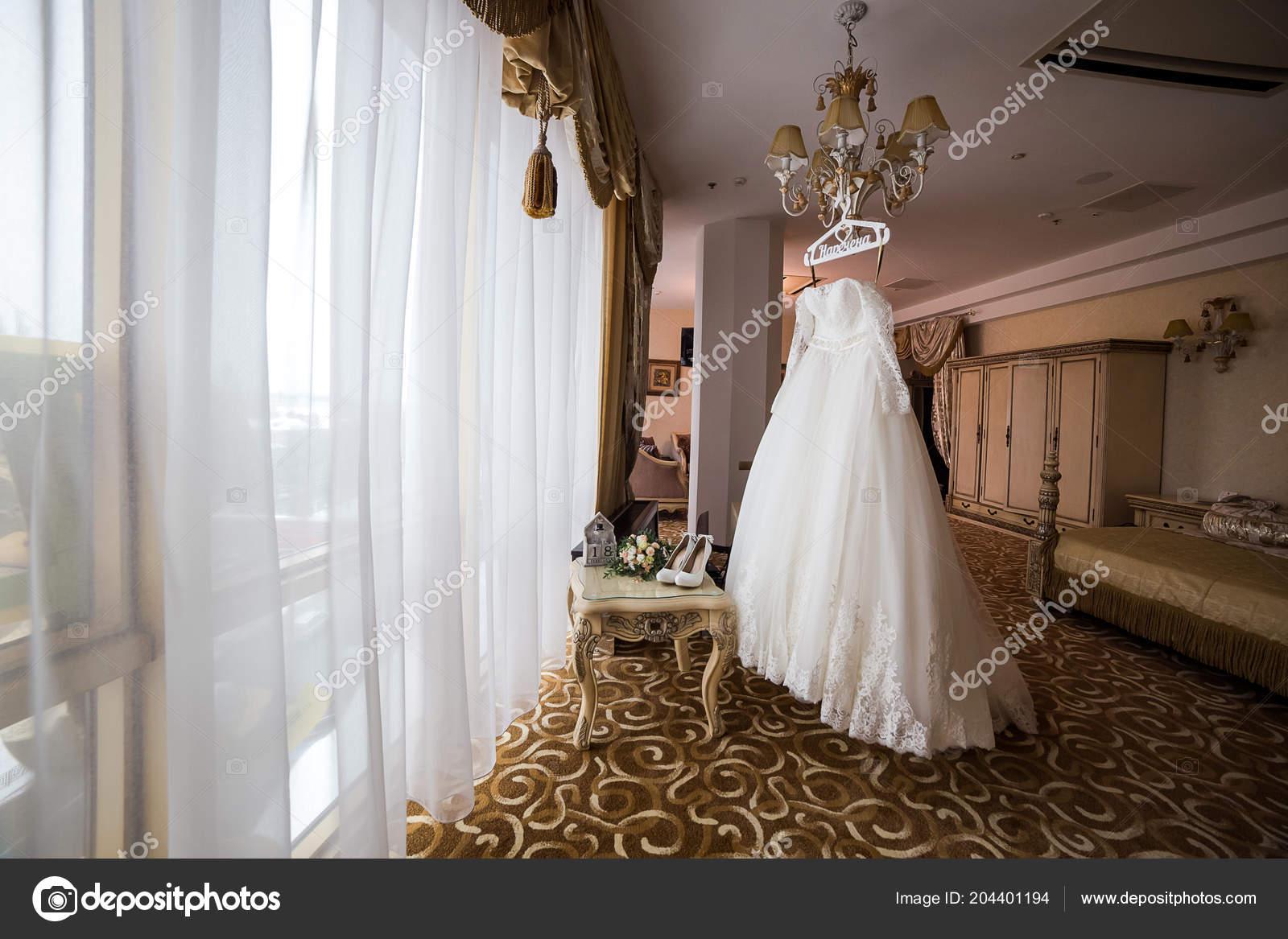Habitación Preparándose Vestido Colgar Antes Mujer Hermoso Novia qw1FR6p