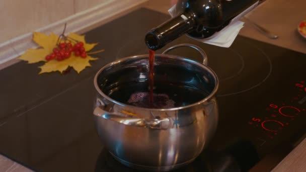 Vaření svařené víno. Láhev vína