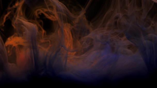 Inchiostro grigio blu e scuro che si mescola nellacqua, vorticoso dolcemente sottacqua con spazio di copia. Colorata nube acrilica di vernice isolata. Animazione di esplosione di fumo astratto. Universo, spazio. Sfondo dellarte. Filmati 4k.