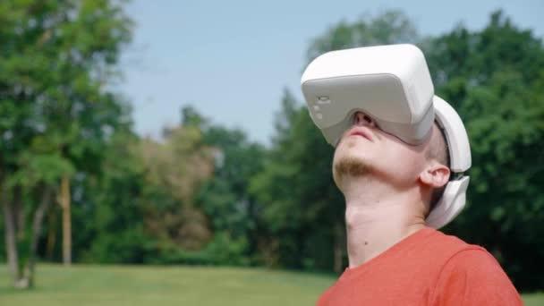 Mann mit Virtual-Reality-Helm studiert virtuelles Spiel