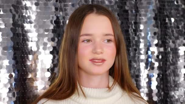 Dívka s krásnými make-up úsměvy, pózuje pro fotografa v salonu krásy