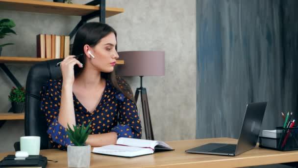 A gondos női hallgató gyakorlati feladatot lát el, megoldási problémára gondol. Gyönyörű üzletasszony otthoni irodában tanul távolról online video konferencia hívás laptop számítógép, távolsági oktatás