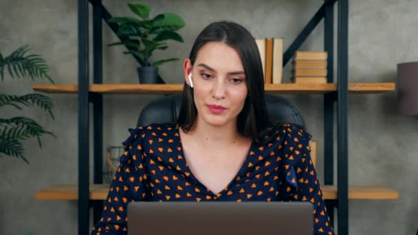 Közelkép mosolygós női távolsági tanár online oktató vezeték nélküli fülhallgató kommunikál a diákok videó hívás chat konferencia webkamera laptop számítógép. Üzletasszony otthon irodai beszél alkalmazottak