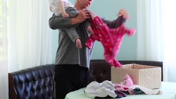 Congedo di paternità. Un padre fa il bucato. Un uomo: hild cura e lavoro domestico
