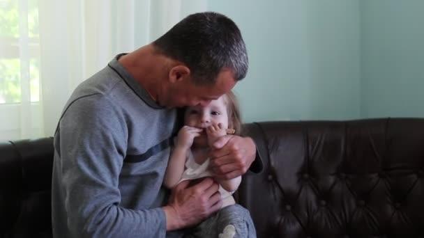 Padre amorevole abbraccia la figlia. Un uomo che gioca con una ragazza