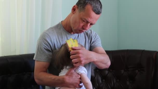 Papà e premuroso per il loro bambino. Uomini in ruoli non stereotipati. Stare a casa il padre