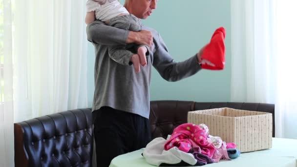 Assistenza bambini e lavori domestici. Maschio adulto sulla maternità lasciare. Un padre che è il caregiver principale dei bambini e la casalinga della famiglia