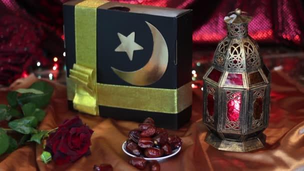 Muzulmán ajándék és arab lámpa. Vallási ünnepek. Iszlám ünnepek koncepció. A háttérben fény dekoráció