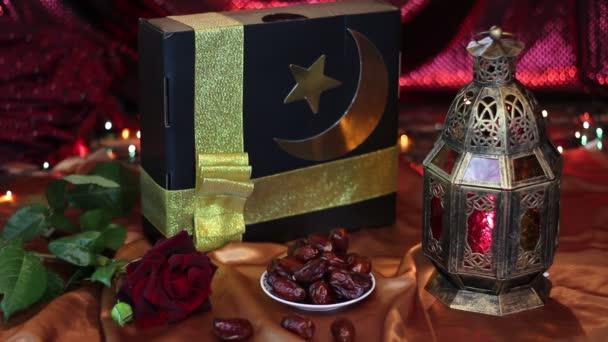 Eid Mubarak! Regali, date, Lanterna e rosa su sfondo colorato. Vacanza di Ramadan musulmano islamico