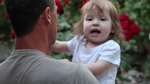 Danze del padre con la sua piccola figlia. Un uomo e bambina sorridente felice