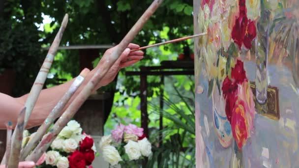 Umělec, který pracuje na malování v přírodě Studio. Zátiší s květinami v zahradě. Umělecké dílo