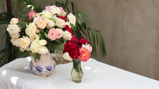 Zátiší s květinami a přírodou. Kytice růží ve venkovním prostoru
