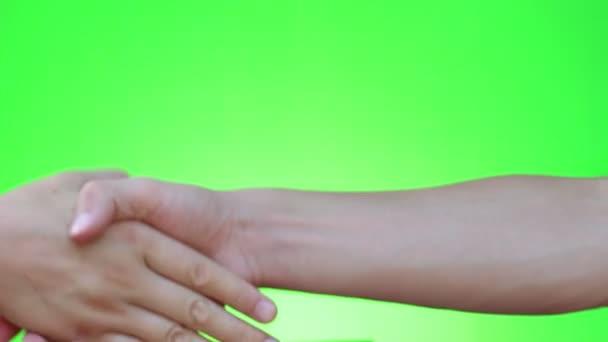 Handshake, třes rukou, metoda handshaking. Dvou rukou gesto. Chromakey. Zelená obrazovka. Izolovaný