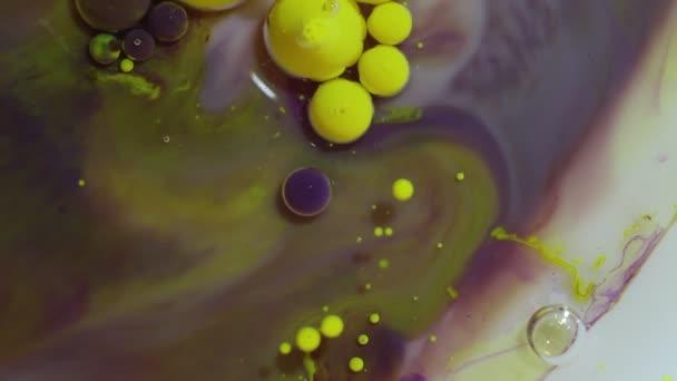 Abstraktní barevné světlé pozadí. Žluté a fialové barvy. Hypnotické různobarevné bublinky směrem pod vodou closeup. Krásné třpytivé vzorů, které připomínají galaxie a planety