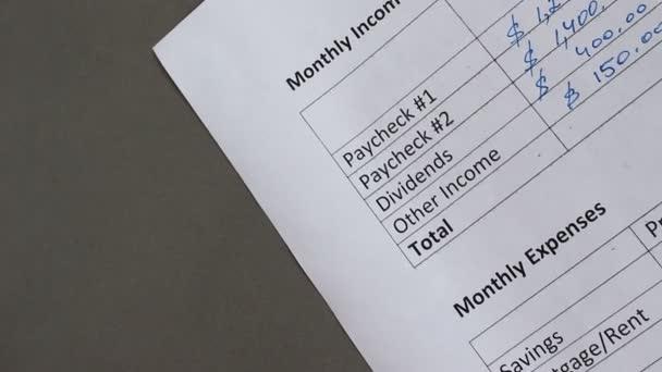 Creazione di un bilancio familiare. Spese mensili. Mutui, affitto, tasse di proprietà, tassa di strata, assicurazione casa, bollette (cavo, cella, elettricità, acqua), pagamento di prestito auto, assicurazione sulla vita, spese bancarie, i pagamenti del debito