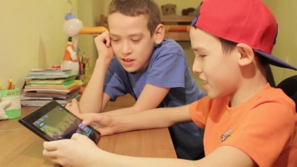 Dva mladí kluci společně pomocí digitálních Tablet
