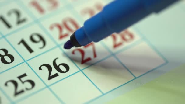 26. šestadvacátého dne v měsíci. Žena označí kalendářní datum modrou značkou. Kalendář obchodních stěn a organizátor