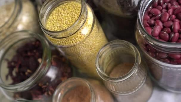 Zero-Waste-Lebensmittelgeschäft, das keine Verpackungen oder Plastik hat. Glasbehälter für Lebensmittel. Großeinkauf