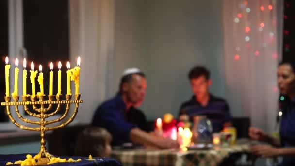 Boldog zsidó család ünnepli Hanuka. Fények fesztiválja. Izraeli nép. A Hanuka Menorah