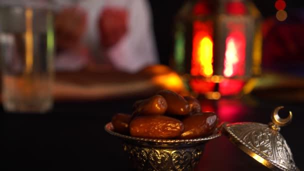 eid Gebete.. Muslime zu feiern mawlid. religiöser muslimischer Mann betet