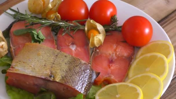 Uzený losos Chinook (Lat. Oncorhynchus tshawytscha) se svěží zelení a zeleninou