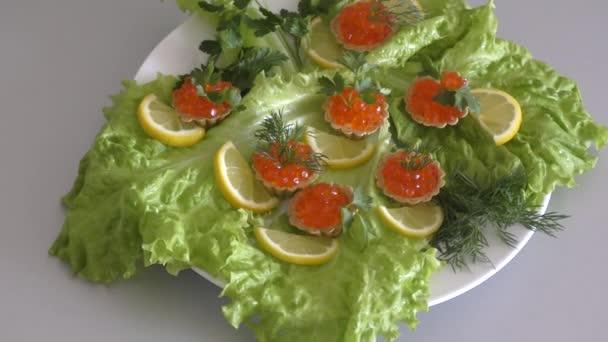 Törtchen mit rotem Kaviar auf einem Schneidebrett