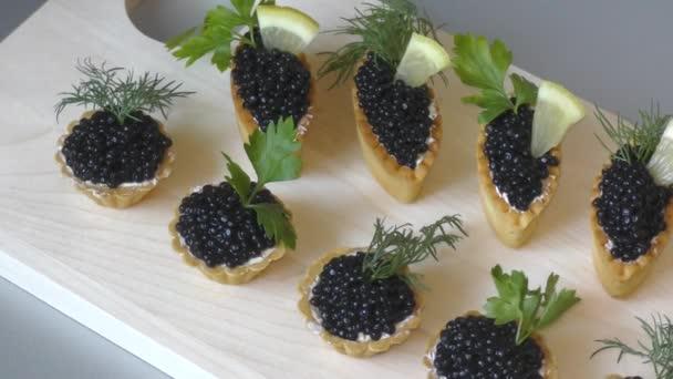 Törtchen mit schwarzem Kaviar und frischem Grün