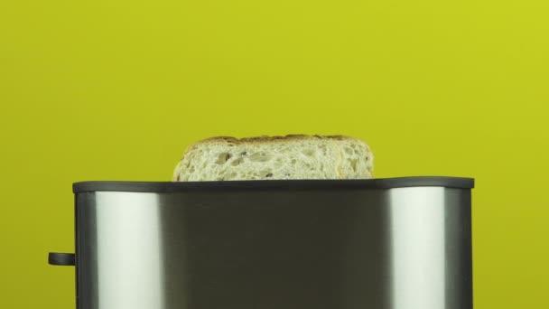 Příprava snídaně toast obilí chleba pečený v toustovač první plátky syrové a pak připravena zdravého životního stylu na barevném pozadí žluté