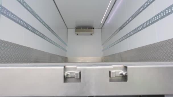 Refregirator auto uvnitř kamionu