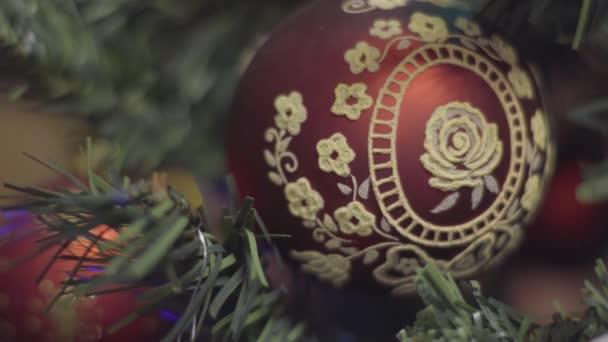 Řemeslníci vánoční a novoroční výzdobu. Abstraktní rozostřené pozadí Bokeh Holiday. Blikající Garland. Vánoční světýlka
