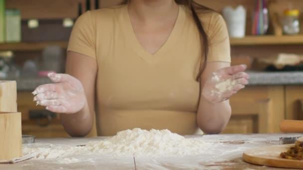 Lassított felvétel közelkép nők kéz tapsol liszt főzés közben tészta