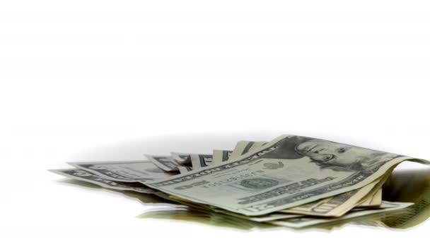 Dollarscheine, die sich auf dem Tisch drehen. Hand nimmt Zwanzig-Dollar-Schein aus Stapel