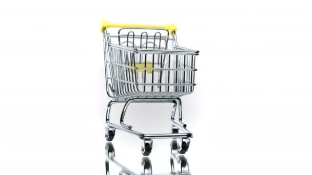 Malý prázdný nákupní košík rotující izolovaně na bílém pozadí. Elektronický obchod