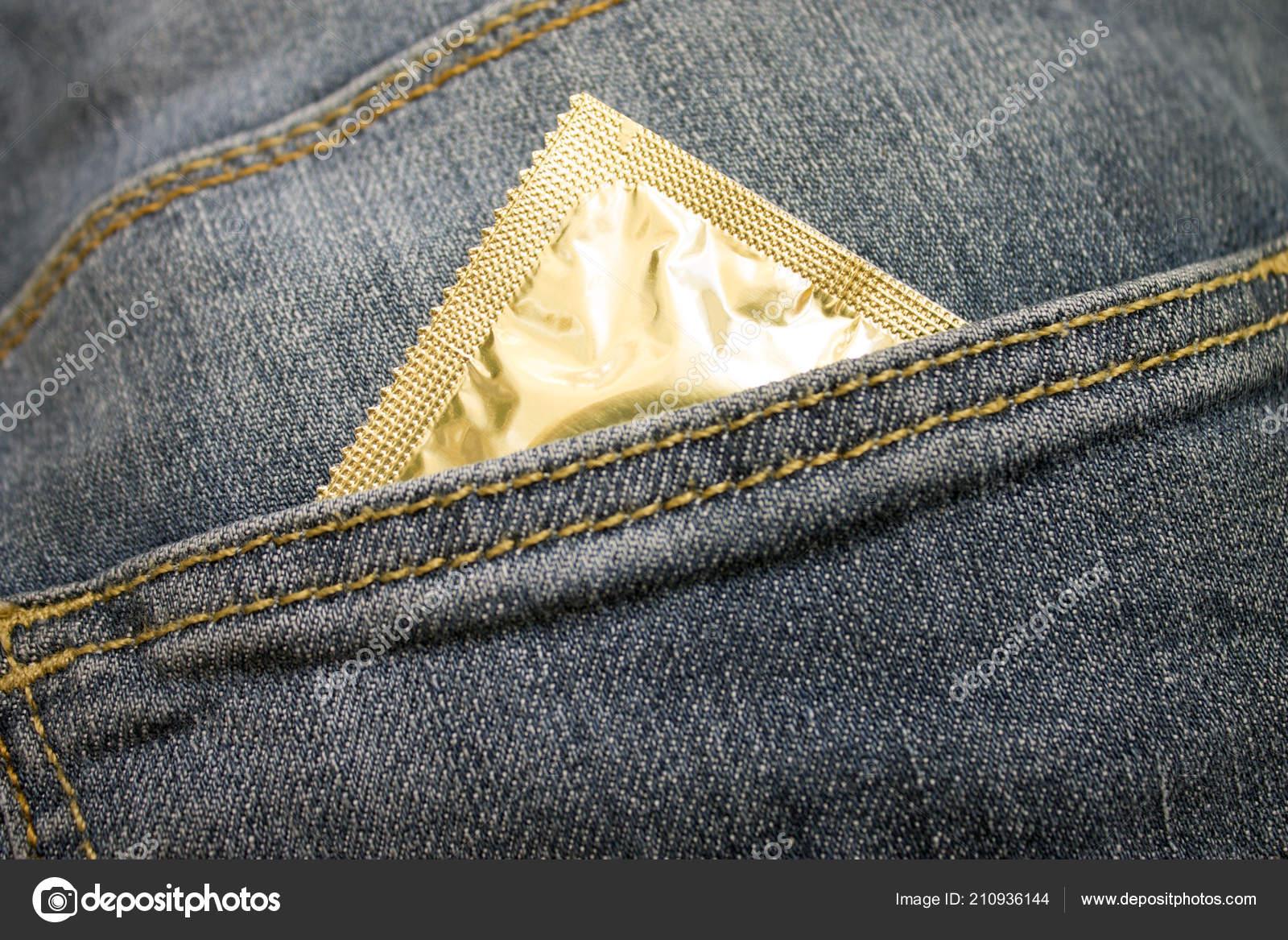 97b49f2ea Paquete Del Condón Sobresale Del Bolsillo Los Pantalones Vaqueros — Foto de  Stock
