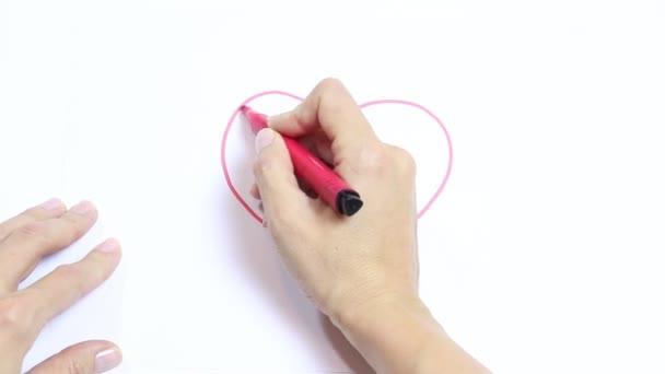 Ženská ruka kreslení červené srdce s značky, odstíny a kříže je na bílém stole