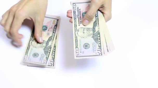 Počítání peněz na bílém ženské ruce, hotovosti padesát dolarové bankovky zblízka