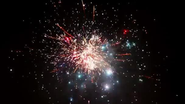 Krásný ohňostroj na nový rok oslava. Největší ohňostroj na pozadí. Velkolepý svátek ohňostrojů v oslavu koncepce