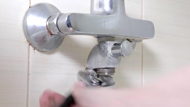 Vana kohoutek Probíhá oprava, odšroubování matice na děravé sprchové hadice, instalatérské opravy a Diy koncepce