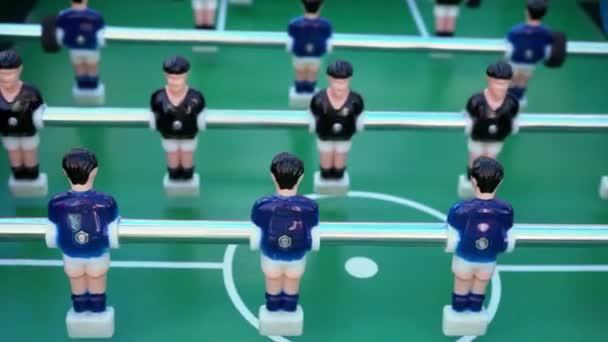 Fußball, Ballspiel zwischen Blau und schwarz auf einem grünen Fußballplatz, close-up auf die Figuren der Spieler