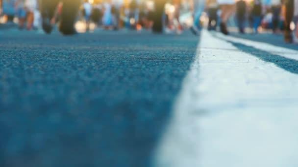 Lábak, a tömeg az emberek séta a városban. Egy elfoglalt utca-ban egy nagy város. Mozgás a láb, a dorh, a jelöléseket a nagy számú
