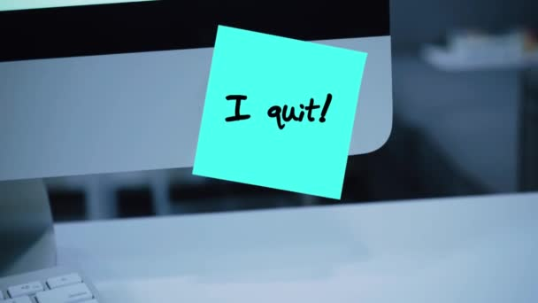 I quit. The inscription on the sticker on the monitor. Message. Motivation. Reminder. Handwritten text written with a marker. Color sticker. A message for an employee, a colleague
