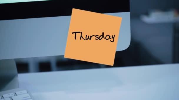 Ve čtvrtek. Dny v týdnu. Nápis na nálepce na monitoru. Zpráva. Motivace. Připomenutí. Ručně psaný text napsán fixou. Barva štítku. Vzkaz pro zaměstnance, kolegy
