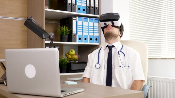Ufficio K : Medico giovane k in ufficio vivendo la realtà virtuale per la