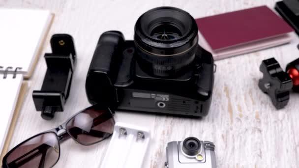 Cestovní blogger s jeho fotoaparát a další příslušenství