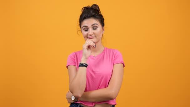 denkende Frau auf gelbem Hintergrund