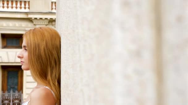 Výmluvný záběr sexy zrzka žena opřený o zeď
