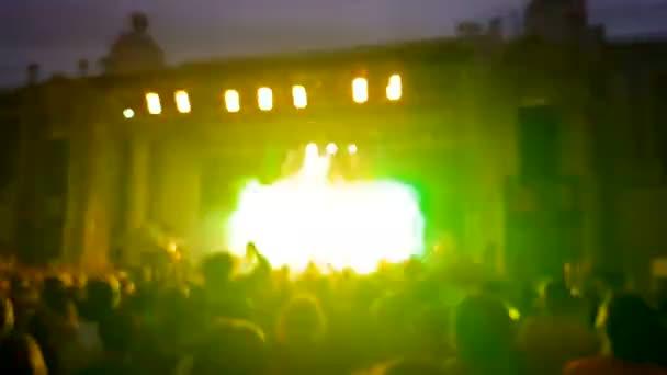 Rozmazané dav lidí na rockovém koncertě skákání a tanec