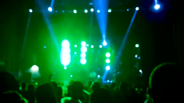 Rozmazané dav lidí na rockový koncert