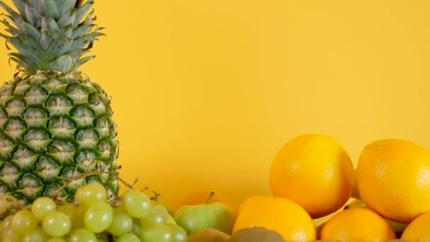 Organické a přírodní mix ovoce na žlutém podkladu